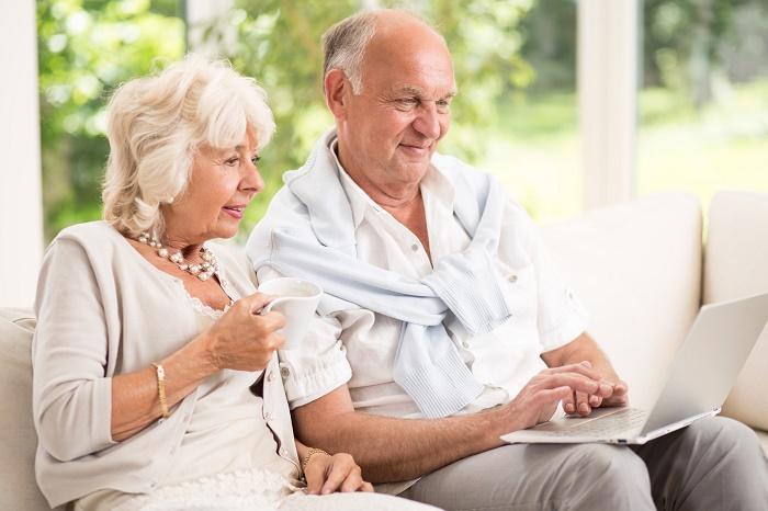 seniorzy korzytsają z laptopa