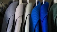 ubrania wiszące w szafie