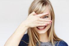 Kobieta zakrywająca twarz ręką